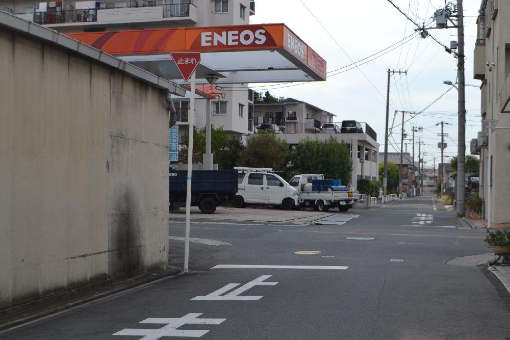 エネオスのガソリンスタンドを左折します