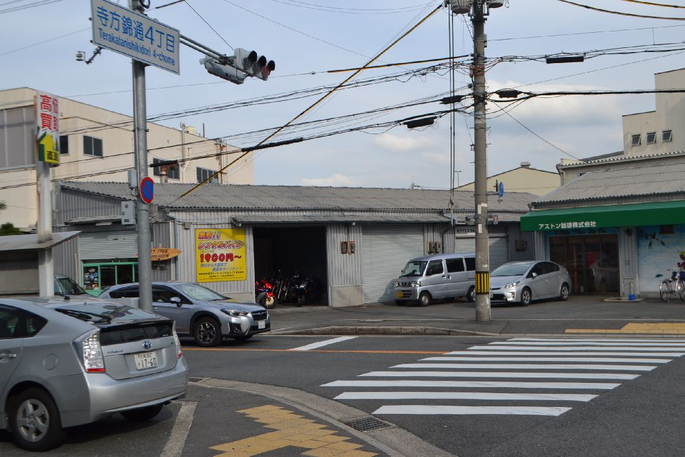 寺方錦通交差点左角が日本オートレンタルバイク