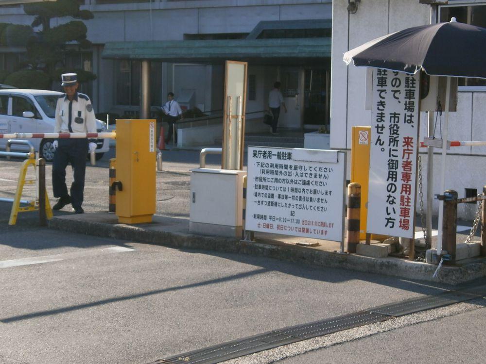枚方市役所の駐車場