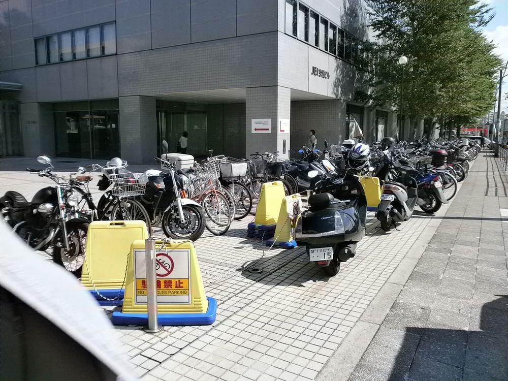 京橋市税事務所の駐輪場の画像