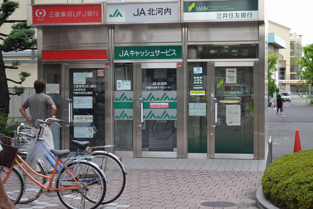 門真市役所内の各銀行ATMの写真