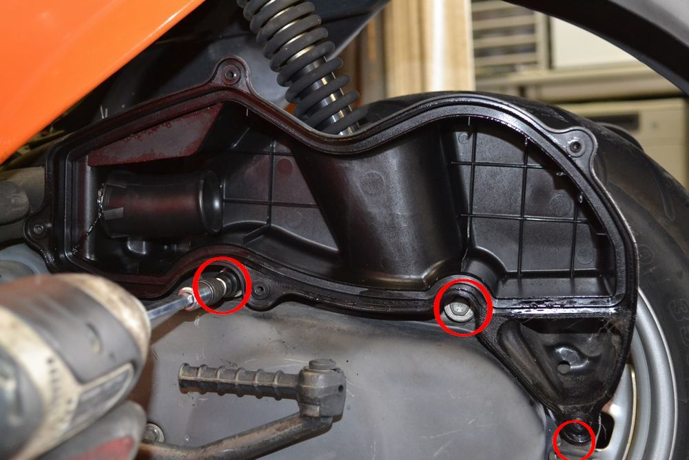 エアクリーナーボックスを外すボルトの位置の画像