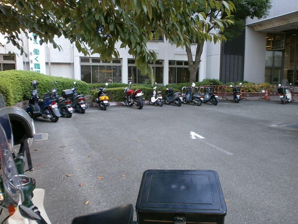 吹田市役所バイクの駐輪場の画像