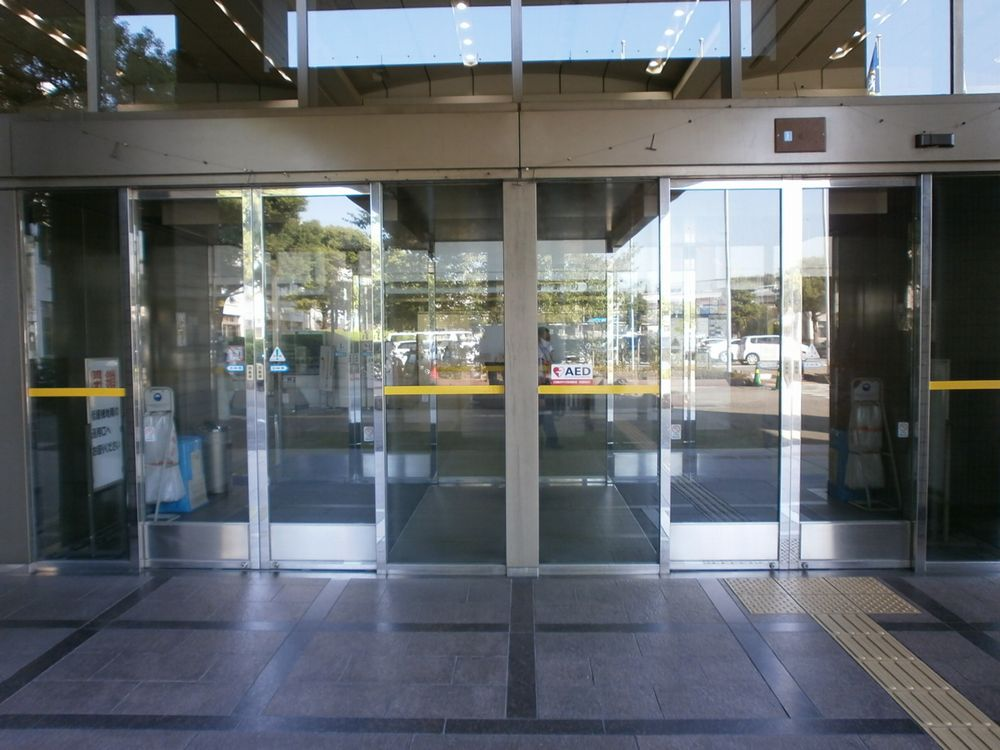吹田市役所正面玄関の画像