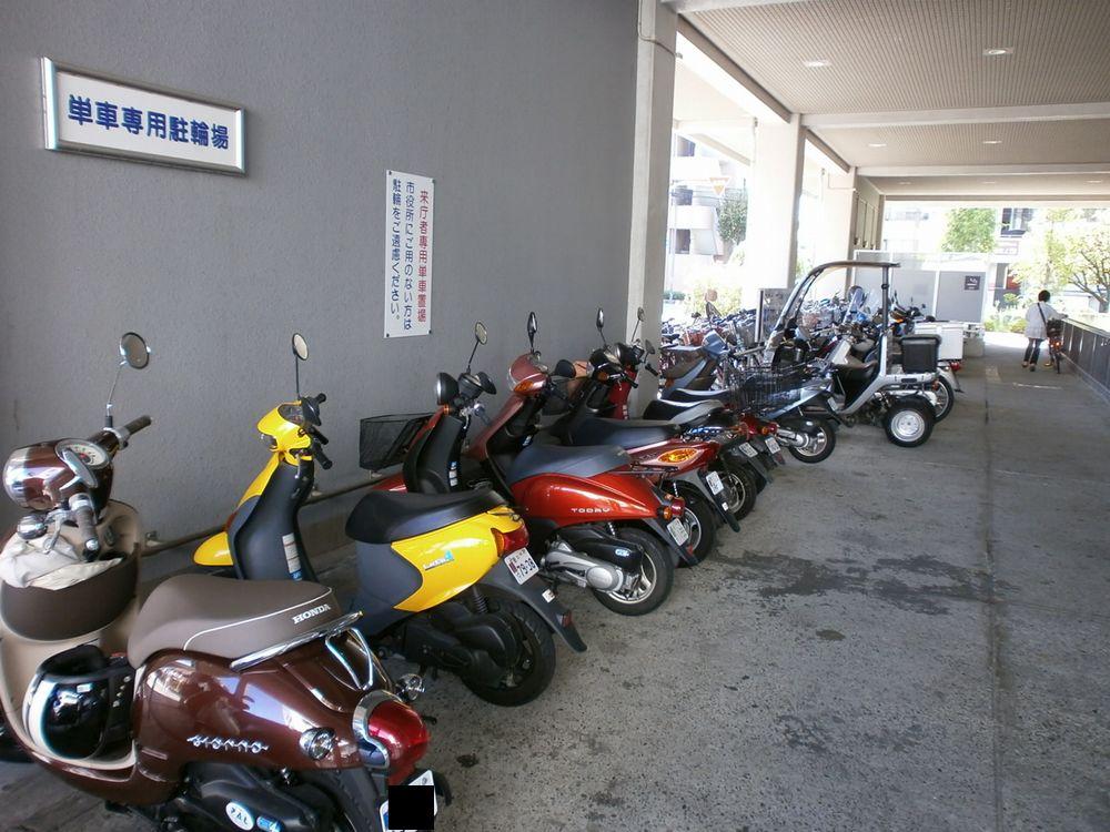 豊中市役所のバイク、オートバイの駐輪場の画像
