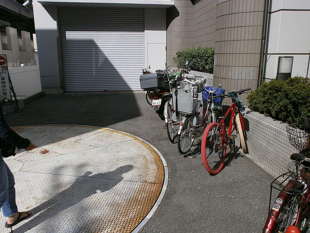 あべの市税事務所バイク置き場の画像
