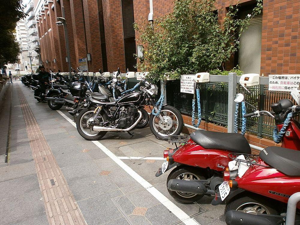 なんば市税事務所バイク置き場の画像