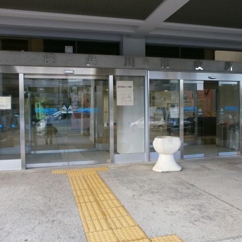寝屋川市役所正面玄関の画像