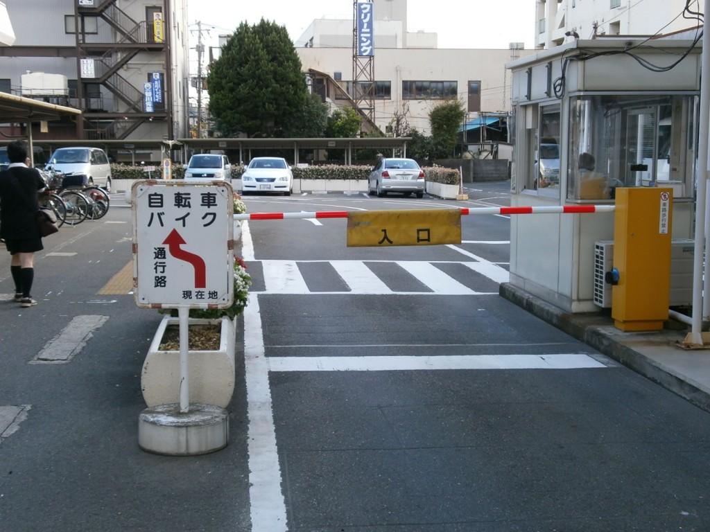 寝屋川市役所駐車場入り口の画像