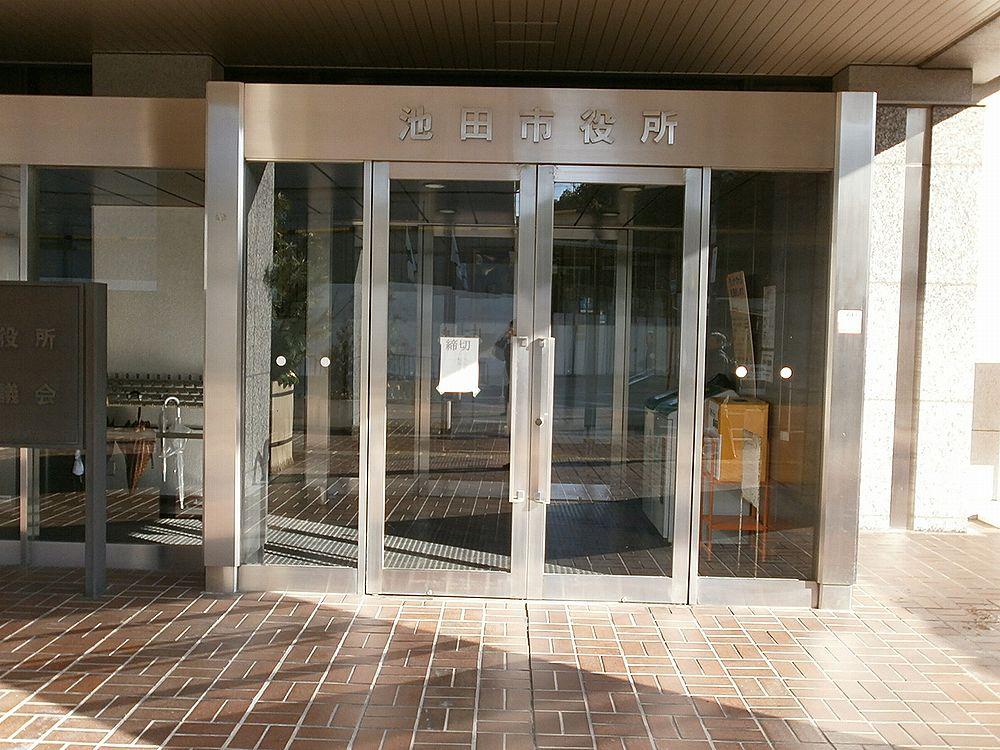 池田市役所正面玄関