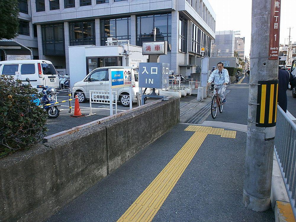 池田市役所駐車場入り口