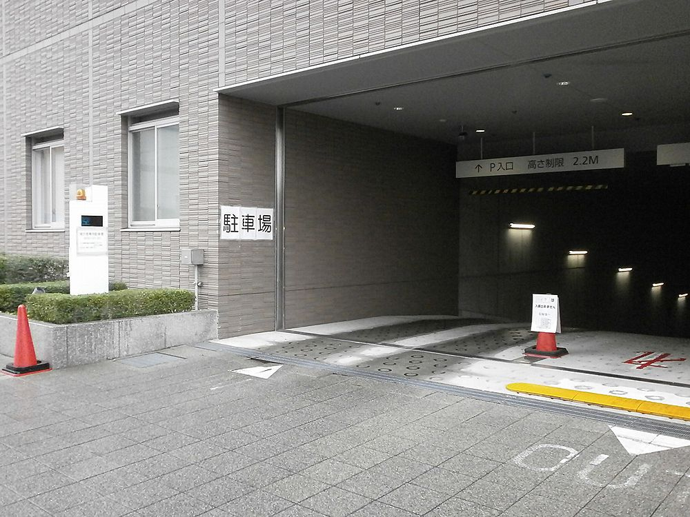 右京区役所駐車場入り口