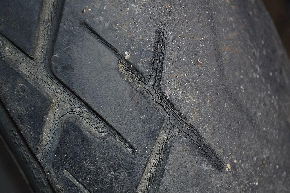 タイヤ変磨耗、ひび割れ