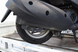 タイヤがバーストしてしまったスクーター