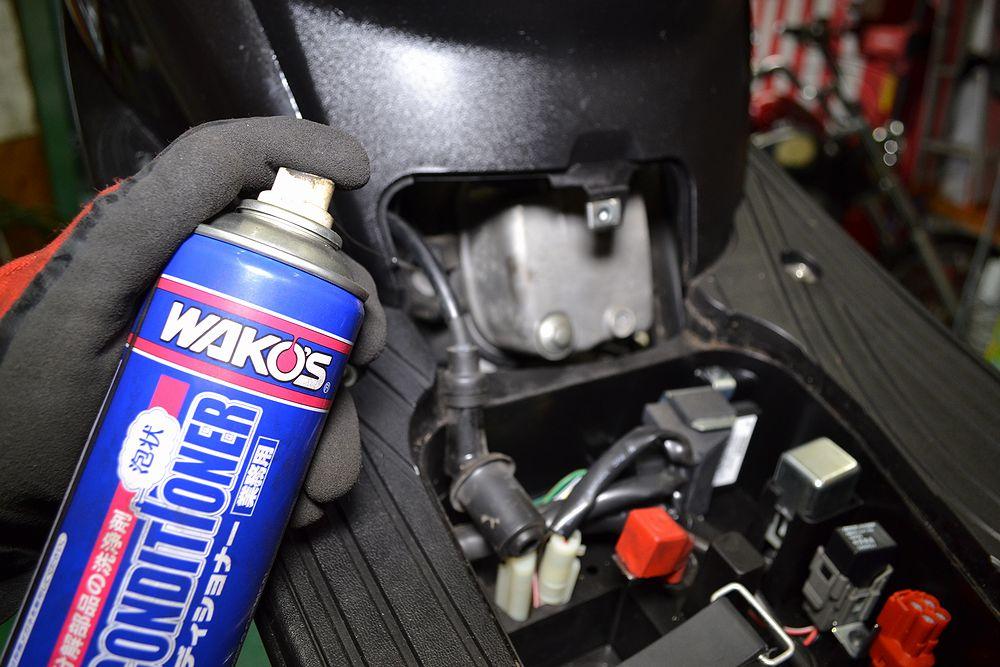 Wako'sエンジンコンディショナーをシリンダー内に注入し内部のカーボンの除去を行う手順