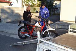 パンクしたバイクの引き上げ作業。軽トラの荷台にFTRを載せる