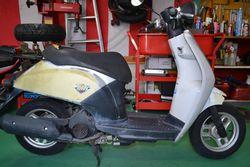 修理作業に入る前の事故車のスクーター