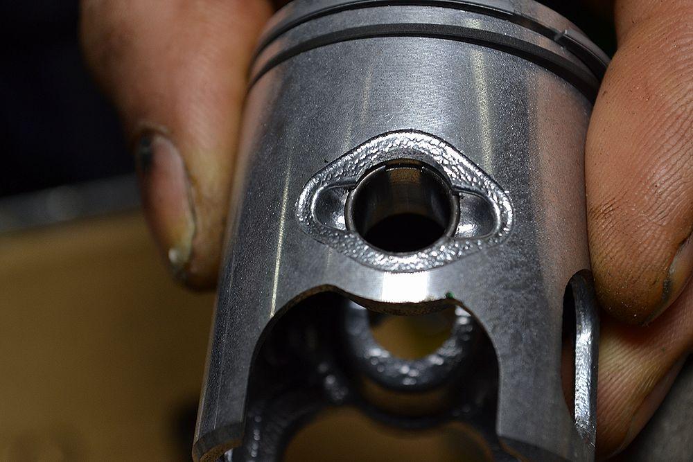 ピストンにリングを付け片側のサークリップを装着