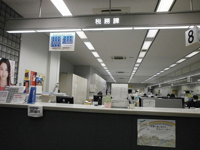 草津市役所税務課8番窓口