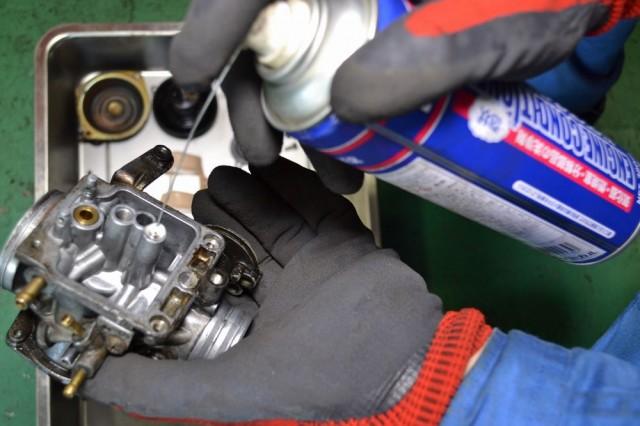 キャブレター本体の通路にワコーズエンジンコンディショナーを注入します
