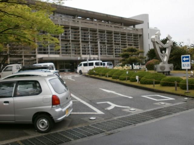 貝塚市役所駐車場入り口