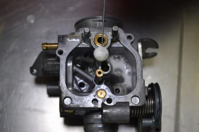 キャブレター本体の通路すべてにエンジンコンディショナーを注入
