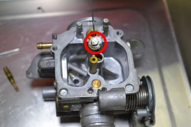 メインジェットにエンジンコンディショナーを注入してしばらく置きます
