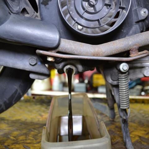 古いエンジンオイルを排出します