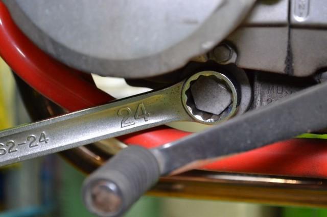 FTR223エンジンオイルドレンボルトの位置