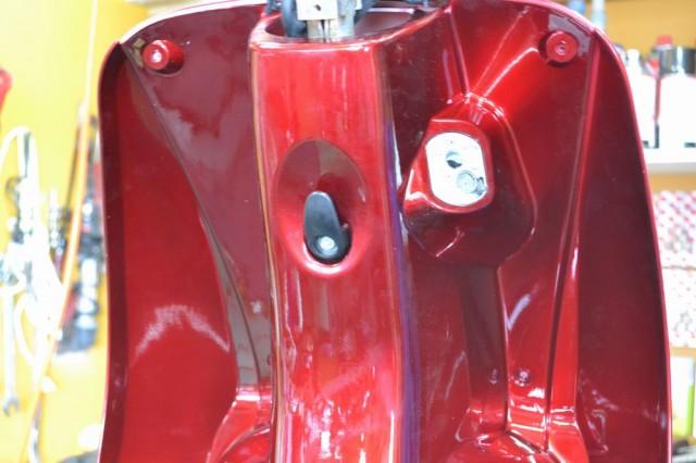 4つのプラスネジとコンビニフックの10mmのボルトを締めます