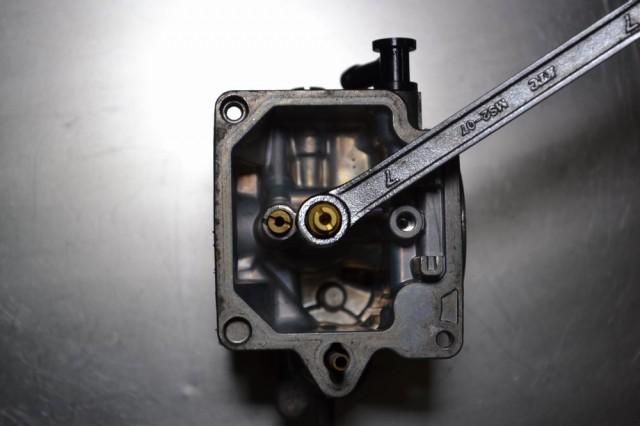 7mmのメガネレンチでメインジェットホルダーを固定してメインジェットを外します