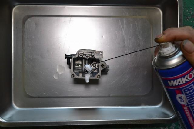 キャブレター本体の通路にエンジンコンディショナーを注入します