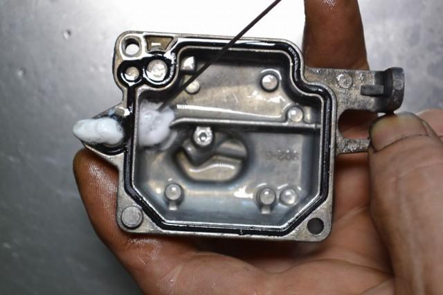 小さい穴からエンジンコンディショナーを注入し確認しましょう