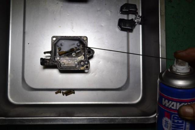 フロートチャンバーにジェット類を入れエンジンコンディショナーを注入します