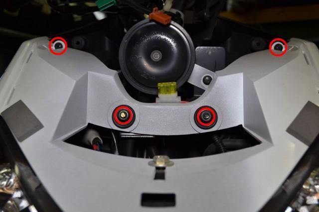 ヘッドライト上のカバーを外して10mmボルト2本とプラスネジ2本を外します