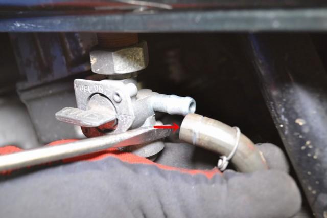 ガソリンコックをOFFの位置に合わせホースを抜きます