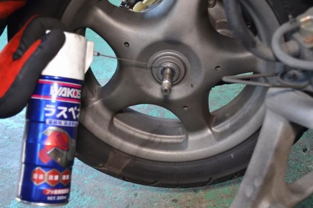 リアホイールが固着していれば潤滑油を注入します