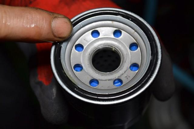 Oリング部分にエンジンオイルを塗布します