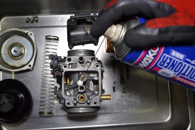 キャブレター本体の各通路にエンジンコンディショナーを注入します