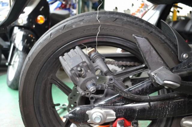 ブレーキホースにストレスが掛かるので針金等で吊るします
