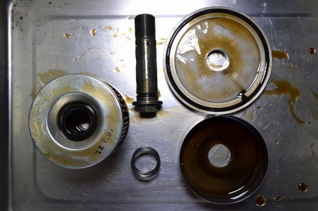 分解したオイルフィルターと付属部品