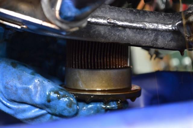 カワサキゼファー750オイルフィルターを取り外した画像