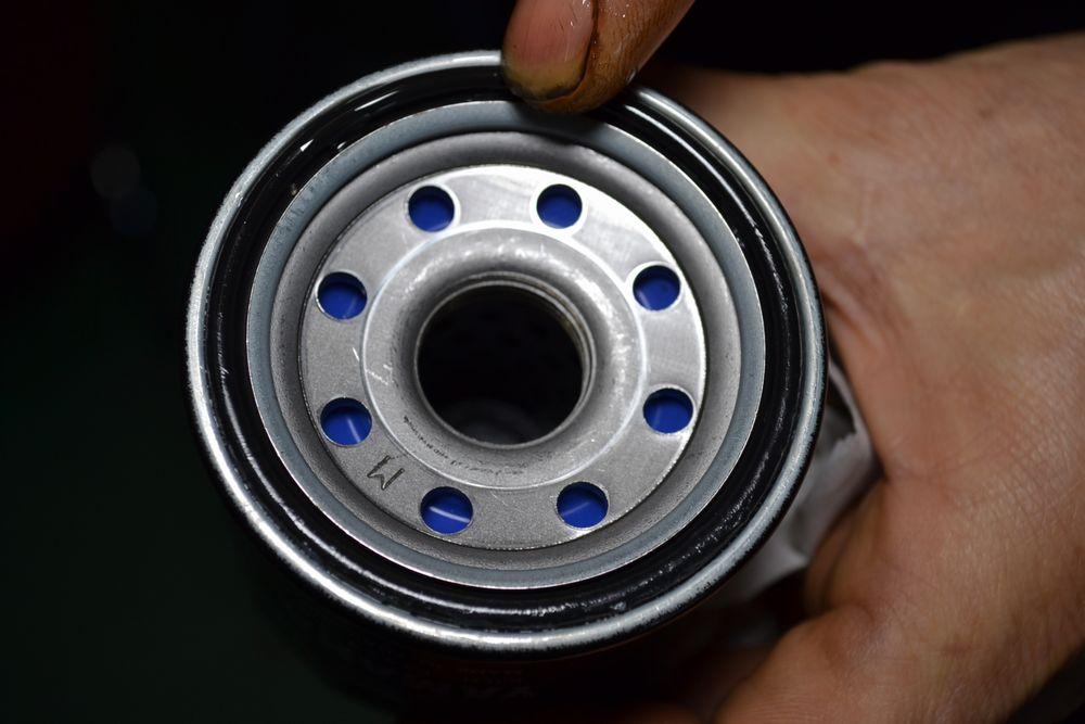 ヤマハYZFR1のオイルフィルターのOリングにオイルを塗布します
