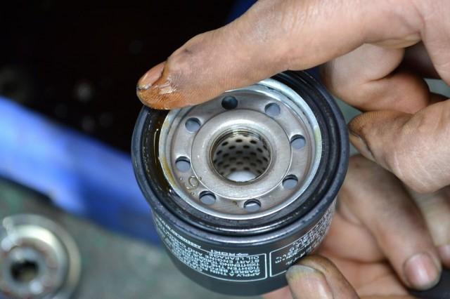 オイルフィルターのOリングにエンジンオイルを塗布します