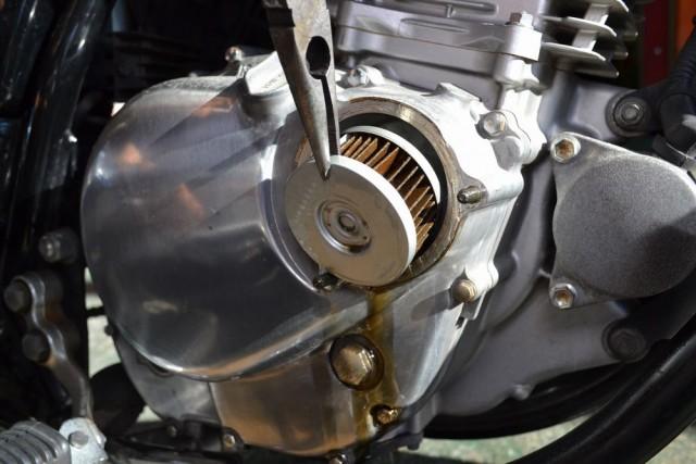 スズキボルティー250エンジンオイルフィルターを外す