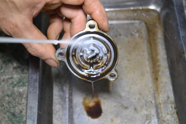 スプリングとキャップもパーツクリーナーで洗浄します