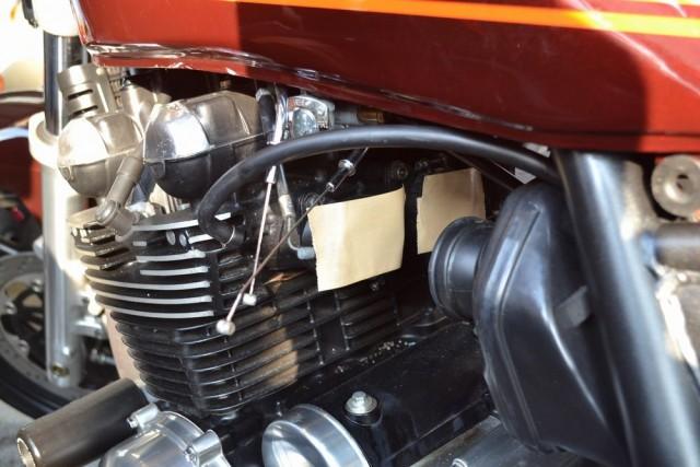 カワサキゼファー750キャブレター本体が外れたらインテークマニホールドにゴミが入らないようにガムテープ等でフタをします