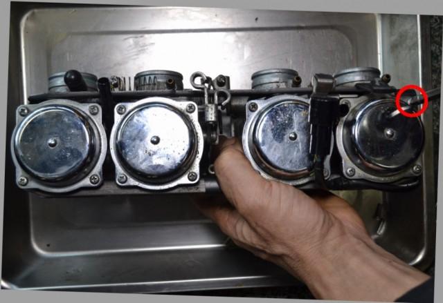 カワサキゼファー750ダイヤフラムの4つのプラスネジを外します