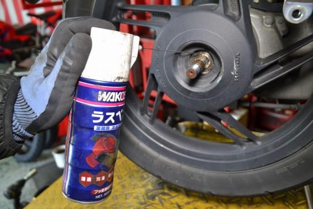 PCXはシャフトとホイールが錆びている場合が有るので潤滑油を挿入します