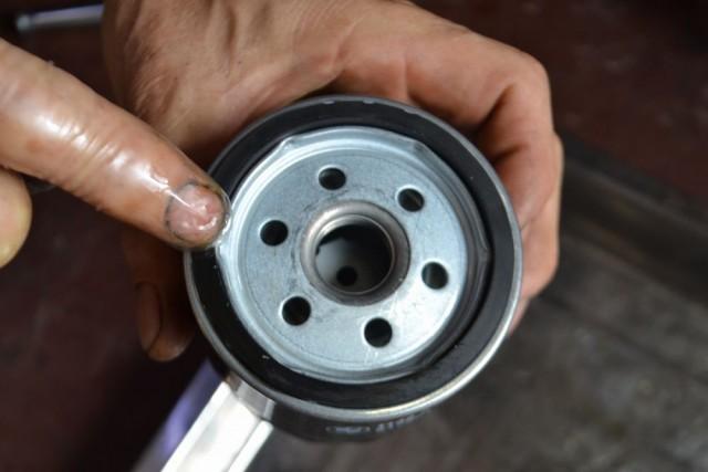 R1200RT LC オイルフィルターのパッキン部分にエンジンオイルを薄く塗布します